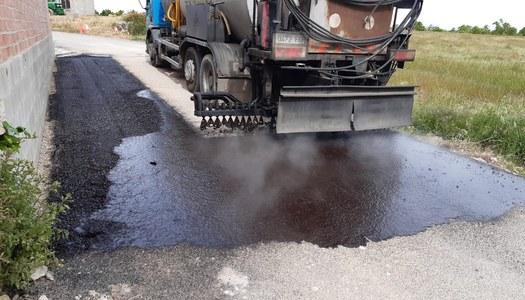 Reparació de l'asfalt al camí dels Gorgs, desperfectes causats pels aiguats.